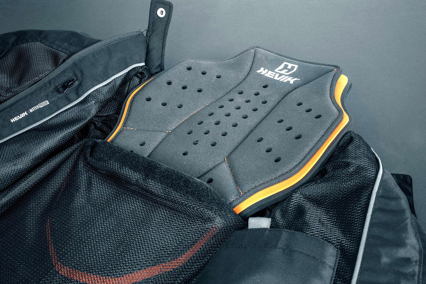 inserimento nella giacca del paraschiena hevik full back armor